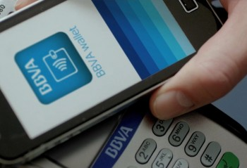 BBVA mobile banking app making an HCE mobile payment
